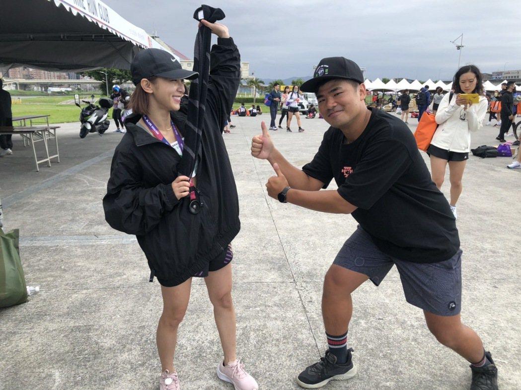 溫妮(左)在好友蔡哥的陪伴與見證下完成總長21K的半程馬拉松賽事。圖/哈囉你好工