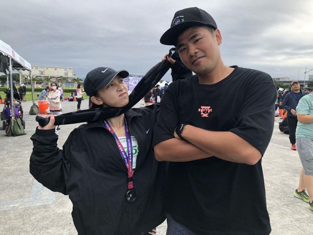 溫妮(左)在好友蔡哥的陪伴與見證下完成總長21K的半程馬拉松賽事。圖/哈囉你好工...