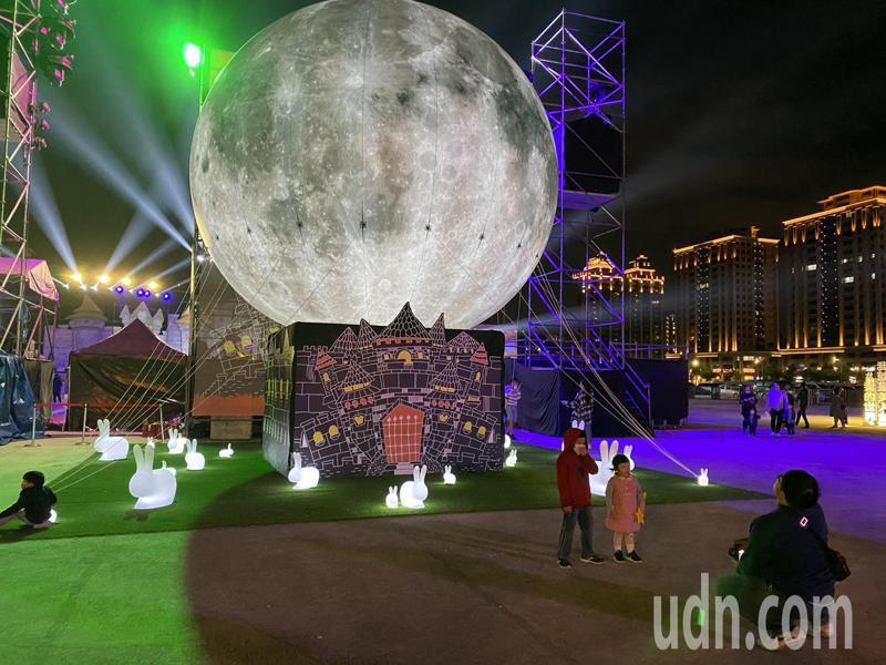 裝置藝術「神秘的魔幻月亮」。記者高宇震/攝影