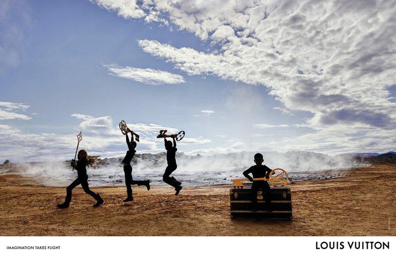 孩子們手中拿著超現實尺寸的旅行箱Monogram鑰匙,展開海岸線的夢之遊行。圖/LV提供