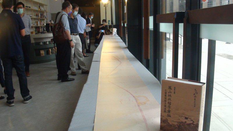 高市史博館昨公布長達992公分1940年代高雄臨港線路線的鐵道買收圖拓圖。記者王昭月/攝影