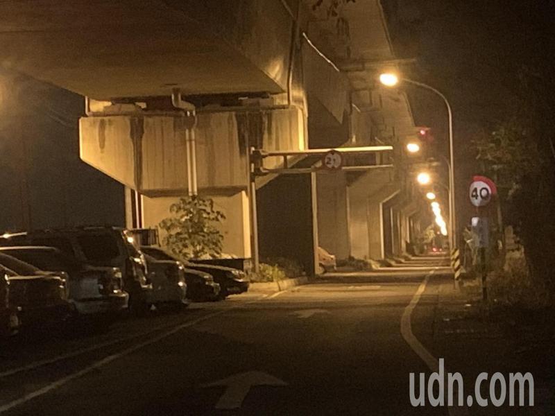 長榮大學台鐵橋下道路路燈全亮了,歸仁警方晚間也展開強力巡邏提高見警率。記者吳淑玲/攝影