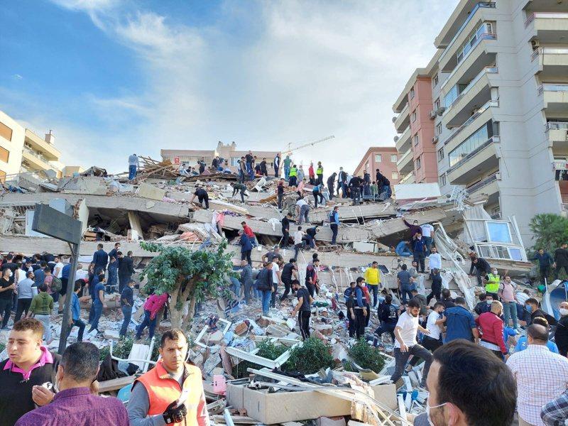 土耳其和希臘近海發生規模7.0強震,造成土國沿岸城市伊茲米爾至少廿棟建築物受損。(路透)