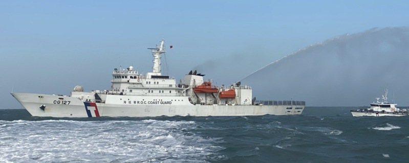 馬祖海域近期出現大量陸籍抽砂船越界抽砂,海巡署艦隊分署新北艦日前與馬祖海巡隊10037艇、3538艇分別在馬祖與福州間海域取締。圖/馬祖海巡隊提供