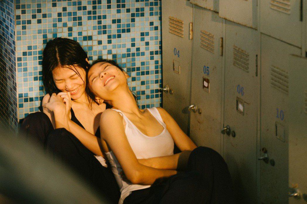 柯泯薰(左)新歌「拋」MV,邀來余佩真上演女版「刻在你心底的名字」。圖/洗耳恭聽...