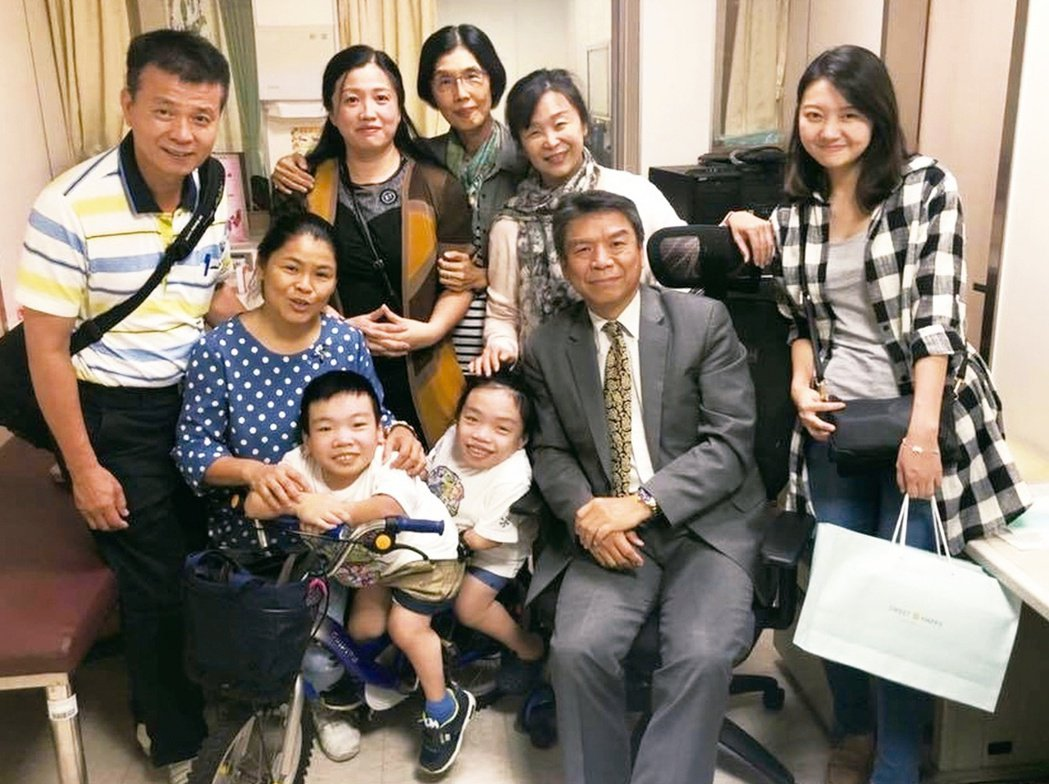 蔡輔仁(右二)為了追查疾病脈絡、溯源基因問題,常會看到一家三代。圖╱蔡輔仁提供