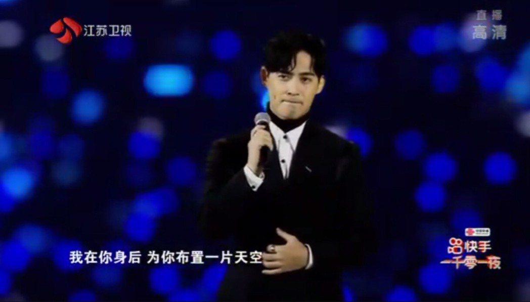 周渝民開唱,全場歡呼。圖/摘自江蘇衛視一千零一夜晚會微博