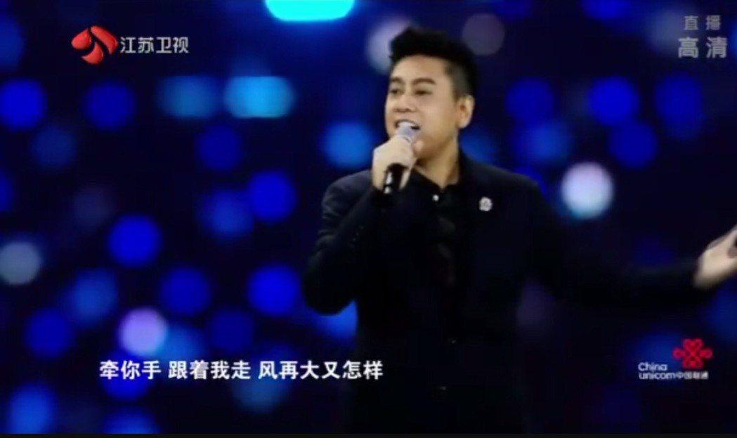 朱孝天唱「流星雨」。圖/摘自江蘇衛視一千零一夜晚會微博