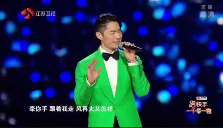 吳建豪唱「流星雨」。圖/摘自江蘇衛視一千零一夜晚會微博