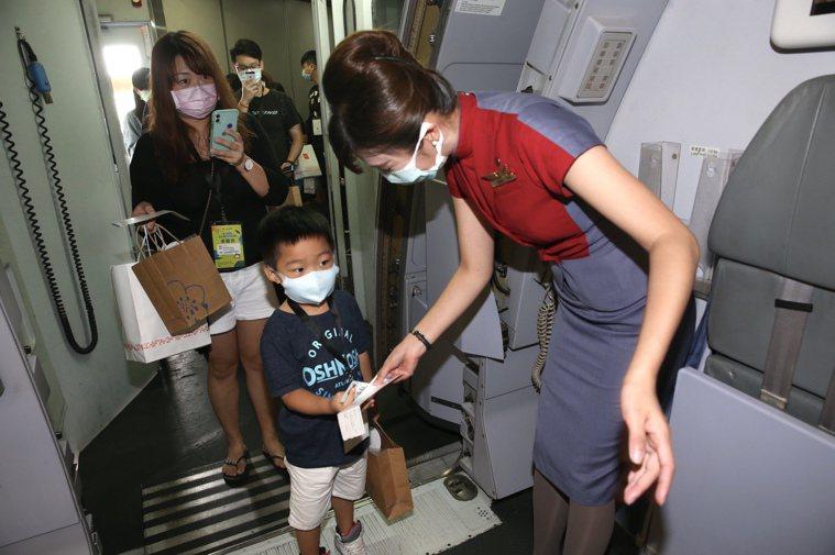 新冠疫情衝擊全球,類出國成為旅遊新選項。圖為日前松機「出入國境體驗活動」。本報資...