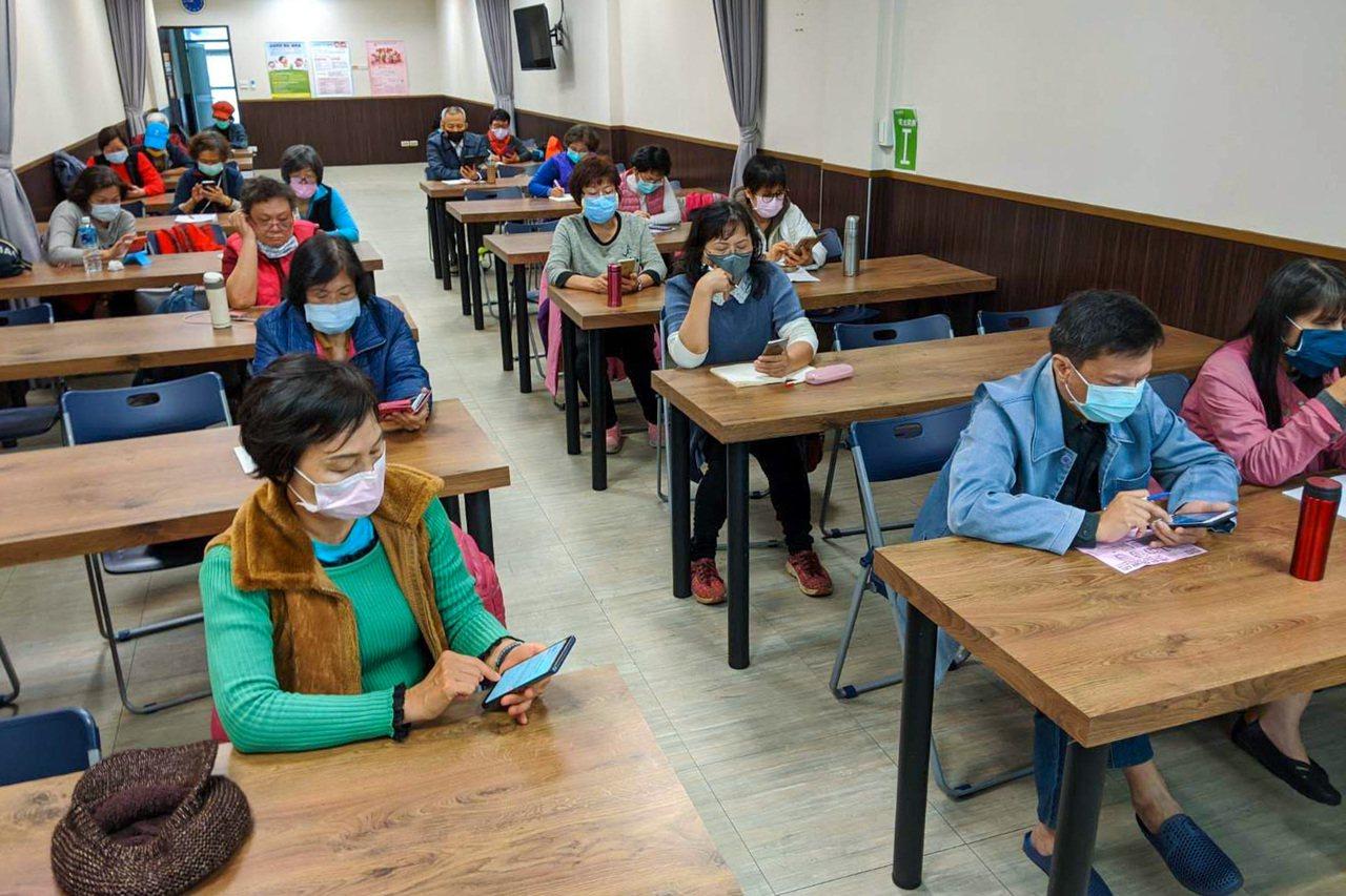 外送平台與智樂活樂齡活動社群舉辦線下教學課程,吸引許多銀髮族參加,並由老師親自帶...