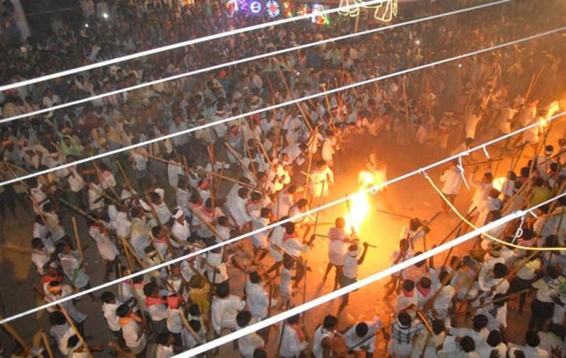 印度「棍打節」,正式名又叫班尼節(Banni Festival),在印度教三大節日之一的「十勝節」尾二那天(通常在每年9-10月間)於印度安得拉邦Devaragattu 舉行。 圖/截自YNG Creations