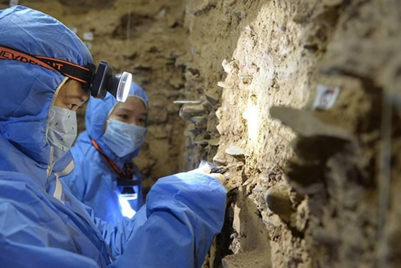考古人員正在進行研究。 圖/澎湃新聞