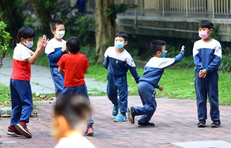 教育部二度修正公告「學校訂定教師輔導與管教學生辦法注意事項」,訂定有關課餘時間管教的規定。圖為小學生下課在戶外玩耍。記者杜建重攝影/報系資料照片