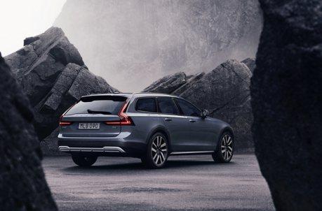 新年式僅單一動力 Volvo V90 Cross Country B5 Momentum售價259萬元起上市!