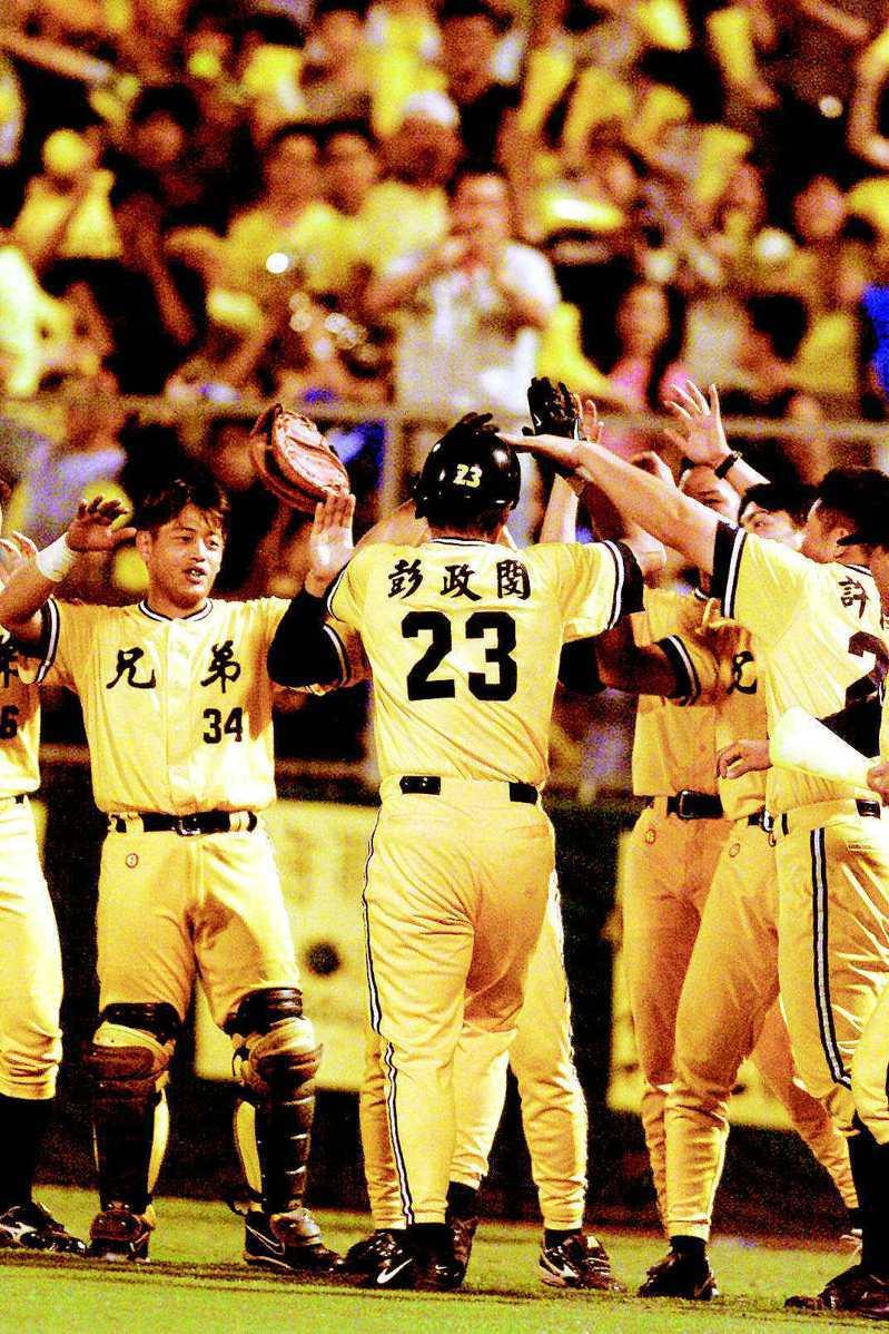 彭政閔在2001年以「選秀狀元」身份、首度在總冠軍賽亮相,率隊打哭統一獅隊後援投手。 聯合報系資料照