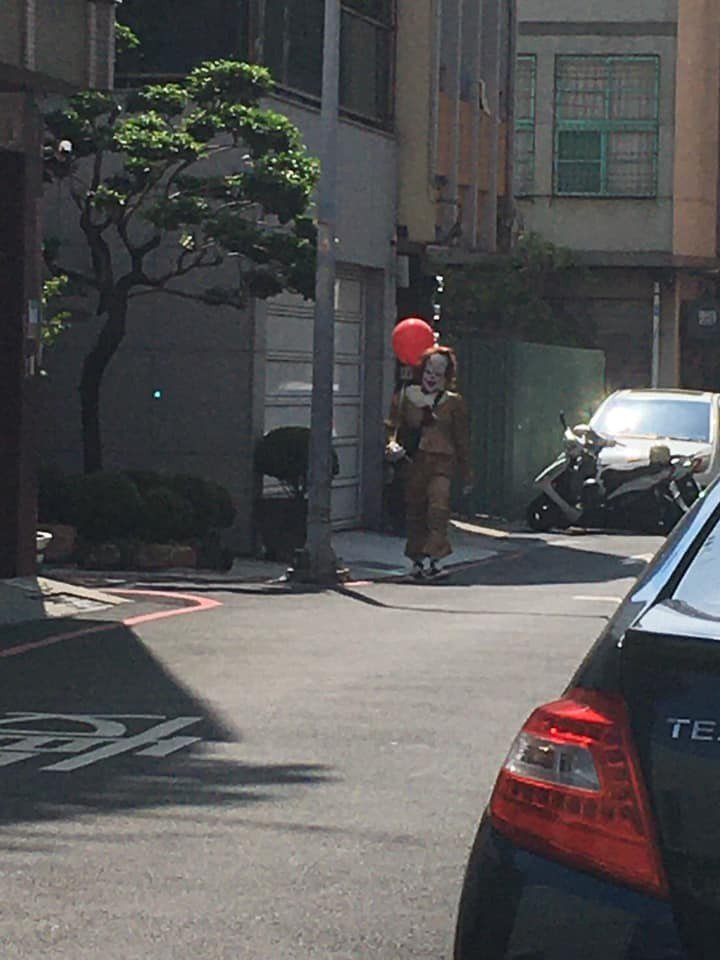 男子裝扮成電影「牠」裡的小丑,因太過逼真嚇到路人。圖擷自台南爆料公社