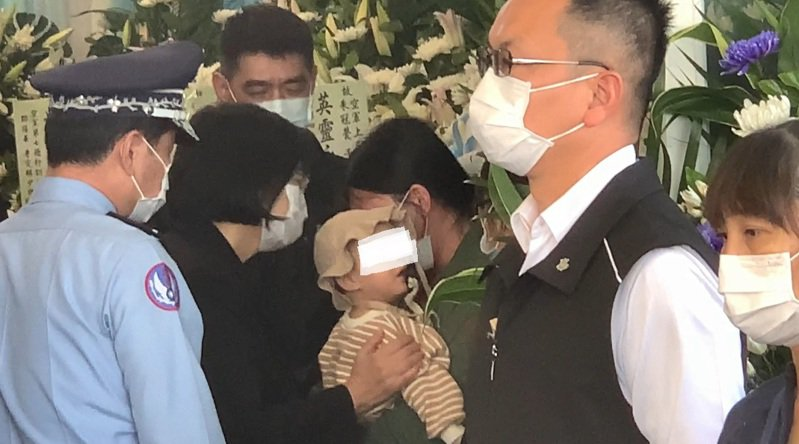 蔡英文總統(左二)進入靈堂向飛官朱冠甍鞠躬致意後,並慰問家屬,還摸著朱冠甍剛滿周歲的女兒。 記者尤聰光/攝影