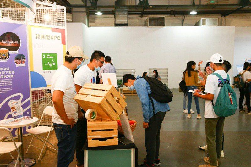 聯合報願景工程昨天舉辦社會創新嘉年華,現場各攤位吸引群眾注意。記者葉信菉/攝影
