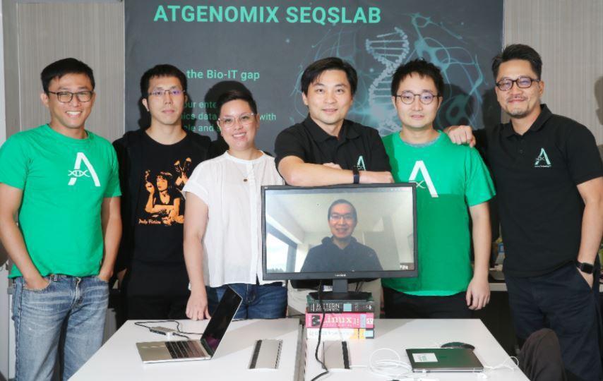 亞大基因共同創辦人張明台(右)、蘇中才(右三)與工作團隊夥伴。記者許正宏/攝影