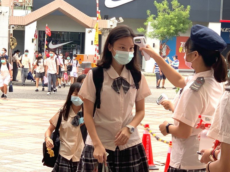 日本NHK發起特別節目「當我們同在疫起:全球青年大聲說」,邀請8國青少年以自拍影片,隔空交流疫情話題。圖為台灣校園防疫示意圖,非新聞當事人。記者徐如宜攝影/報系資料照