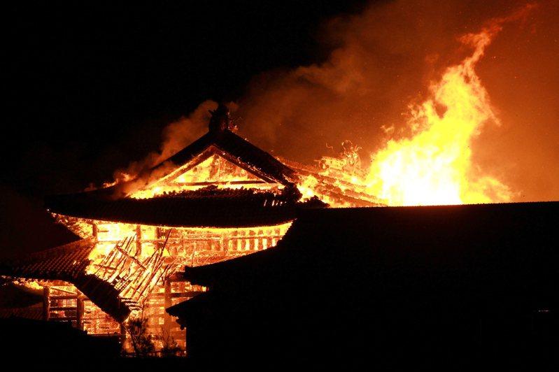 圖為一年前沖繩那霸市的首里城突然起火,正殿、北殿、南殿等全部燒毀。歐新社