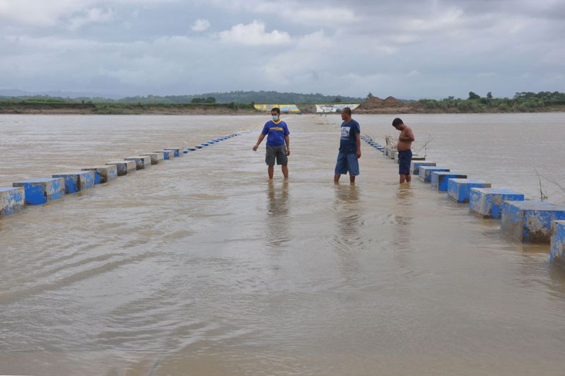 今年迄今最強颱風天鵝(Goni)正朝菲律賓高速前進,菲國當局今天下令逾20萬民眾撤離家園,並警告颱風將挾帶「毀滅性」的強風與暴潮。 法新社