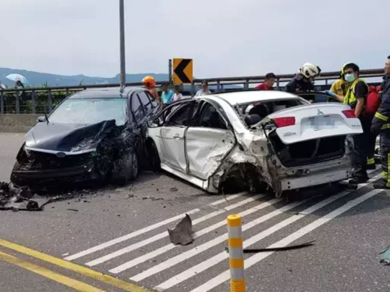 北部濱海公路兩輛轎車相撞,造成6人受傷送醫。記者邱瑞杰/翻攝