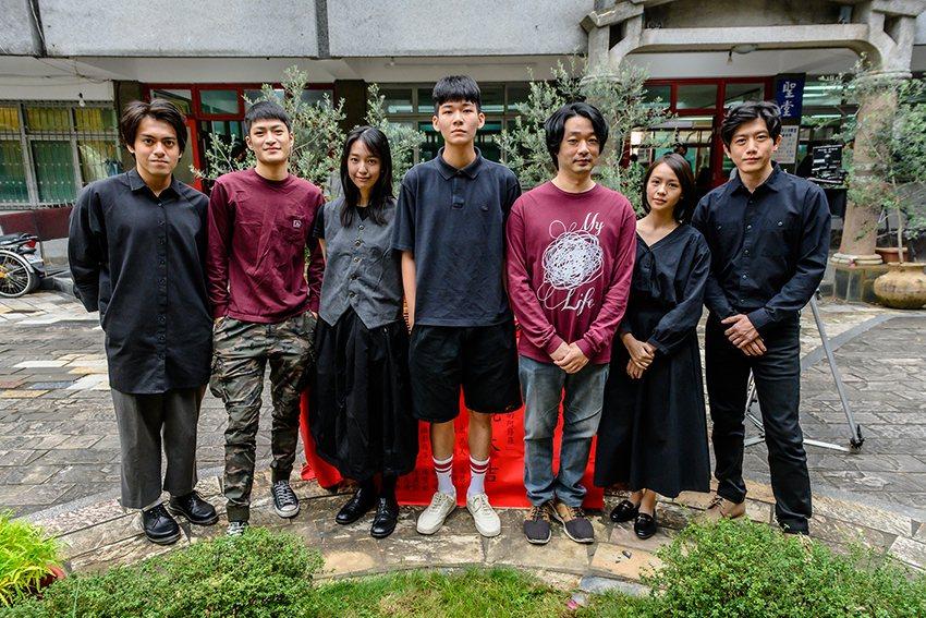 左起賴澔哲、潘綱大、王渝萱、黃聖球、樓一安、黃姵嘉、莫子儀。圖/內容物數位電影提
