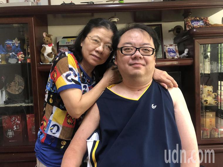 陳心惠(左)照料癱瘓的兒子胡嘉文(右)已經21年,彼此雖不避諱談論死亡,但也珍惜...