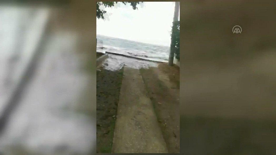 愛琴海地區30日發生強震,土耳其伊茲密爾省沿岸與希臘薩摩斯島均傳災情,兩國媒體分...