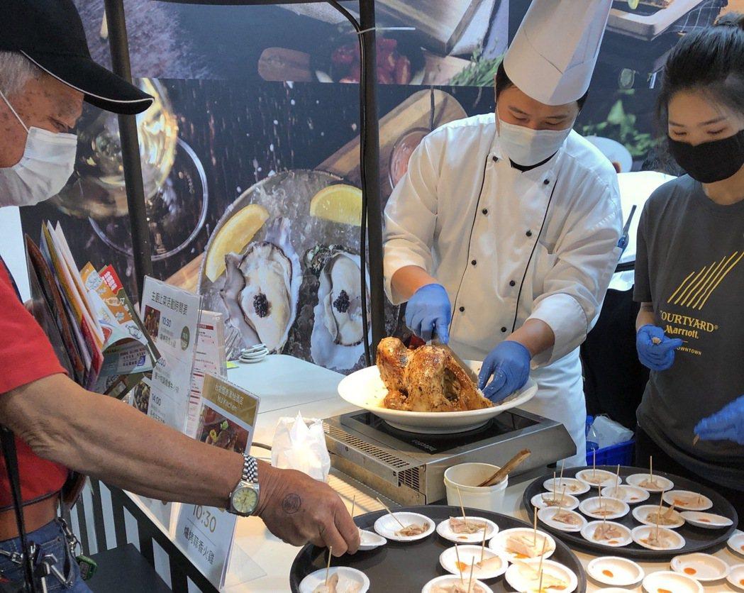國泰飯店觀光事業把國泰萬怡酒店的爐烤蒜香火雞也帶到現場吸引消費者目光。國泰/提供