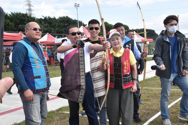新北市長侯友宜(左二)今用原住民族傳統弓箭進行開弓儀式,為賽事揭幕,侯友宜雖然認真瞄準標靶,但還是沒射中。記者江婉儀/攝影