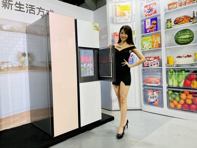 大同玩色玻璃變頻對開冰箱,粉白雙色玻璃設計超夢幻,還有特殊門中門設計可依需求獨立拿取。記者黃筱晴/攝影