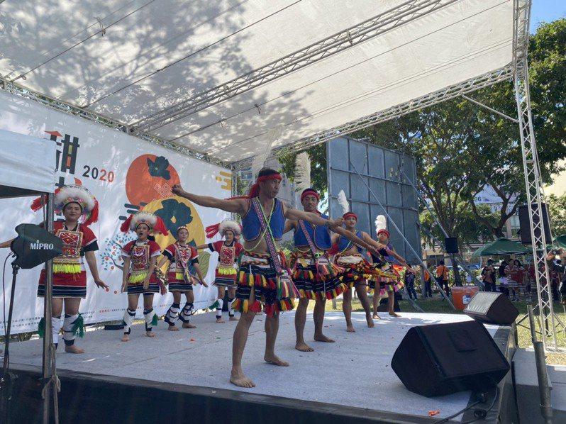 五峰甜柿節現場有原住民歌舞表演,市集則推廣新竹縣有機無毒農產品,吸引不少民眾選購。記者巫鴻瑋/攝影