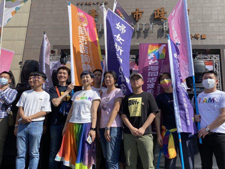 第18屆台灣同志遊行今下午於台北市政府前市民廣場登場,遊行展開前,公民團體舉辦行...