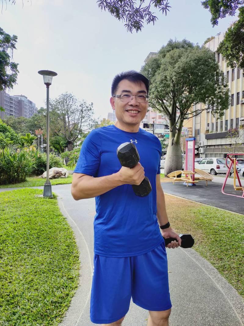 台南一中校長廖財固周末假日回台中,仍不忘運動,除跑步並做重量訓練。圖/廖財固提供