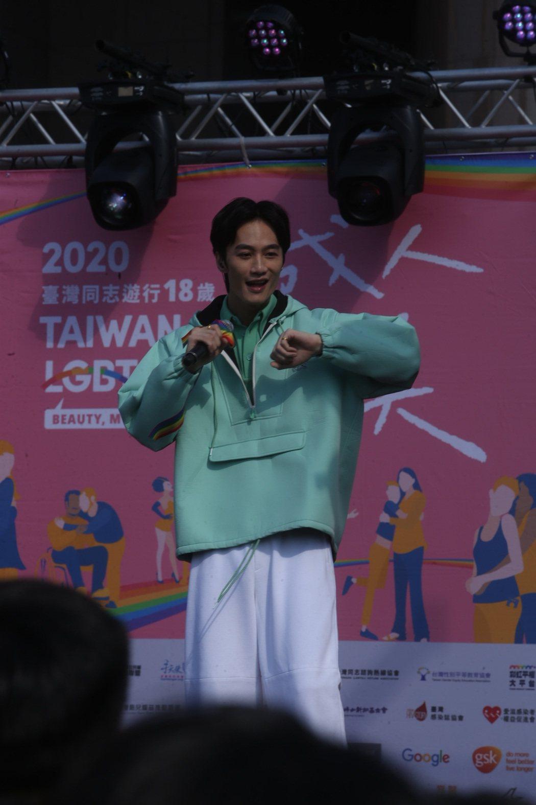 李英宏在第18屆台灣同志遊行獻唱多首歌曲。記者曾吉松/攝影