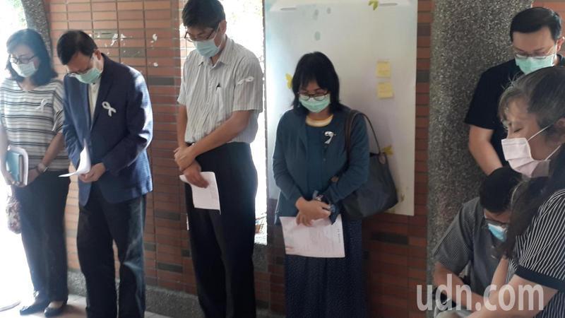長榮大學外籍女生遭殺害,校長李泳龍(左二)參加追思活動,向家屬家長社會道歉。記者周宗禎/攝影