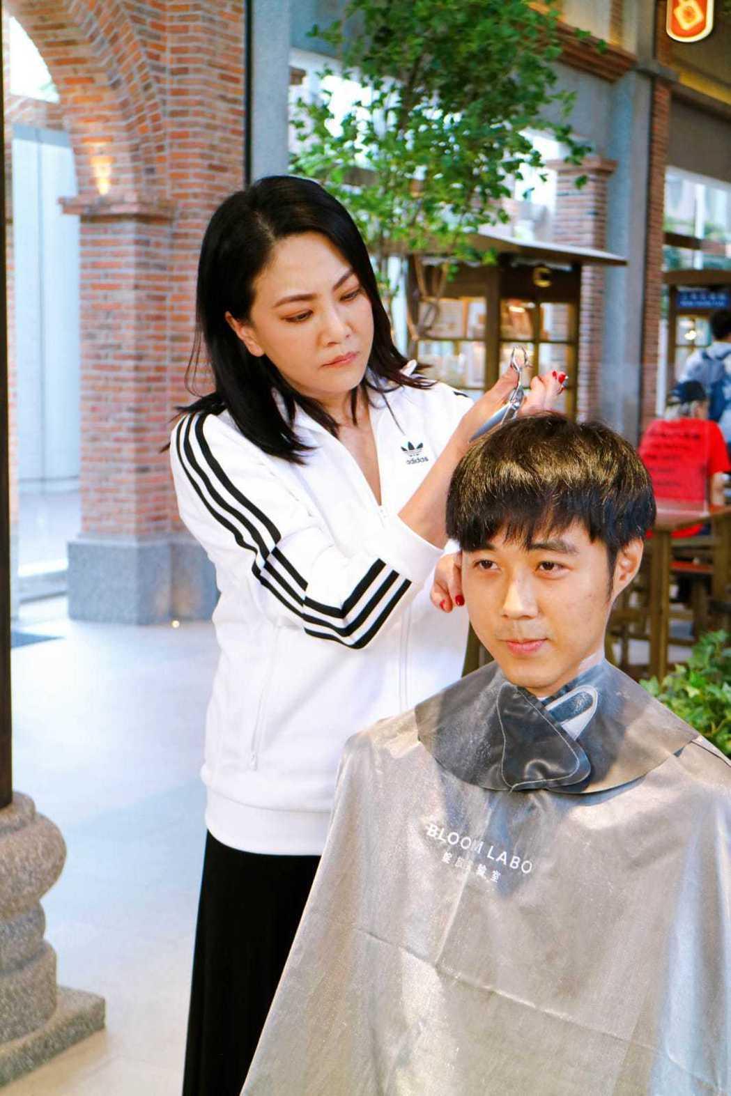 吳依霖隨機幫路人剪髮。圖/喜鵲娛樂提供