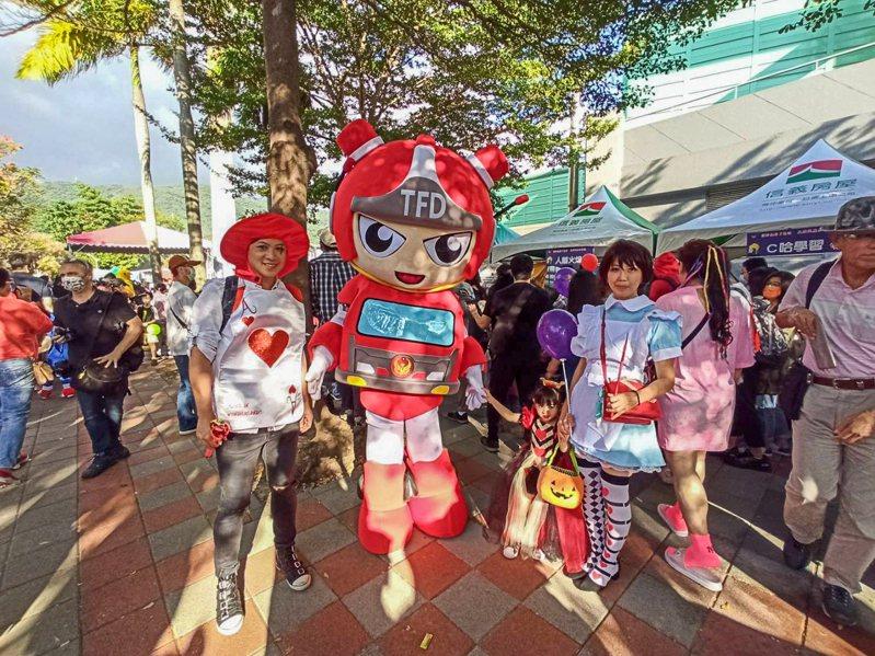 台北市消防局在天母棒球場舉辦萬聖節活動,規畫攤位設計防災遊戲,寓教於樂,讓民眾遊戲中學習防災知識。圖/消防局提供