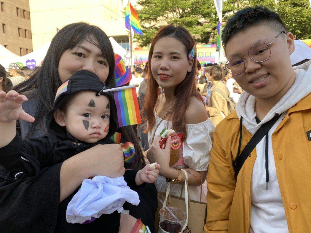 周小姐(左一)今帶著1歲女兒云云參加同志遊行,旁邊為周小姐的友人。記者葉冠妤/攝...