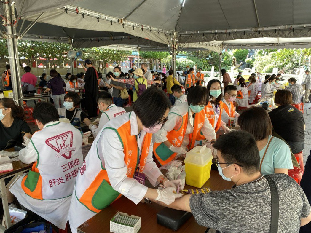 今在龍山寺提供免費肝炎及肝癌篩檢,並挑戰萬人於12小時內填寫健康問卷的金氏紀錄,...
