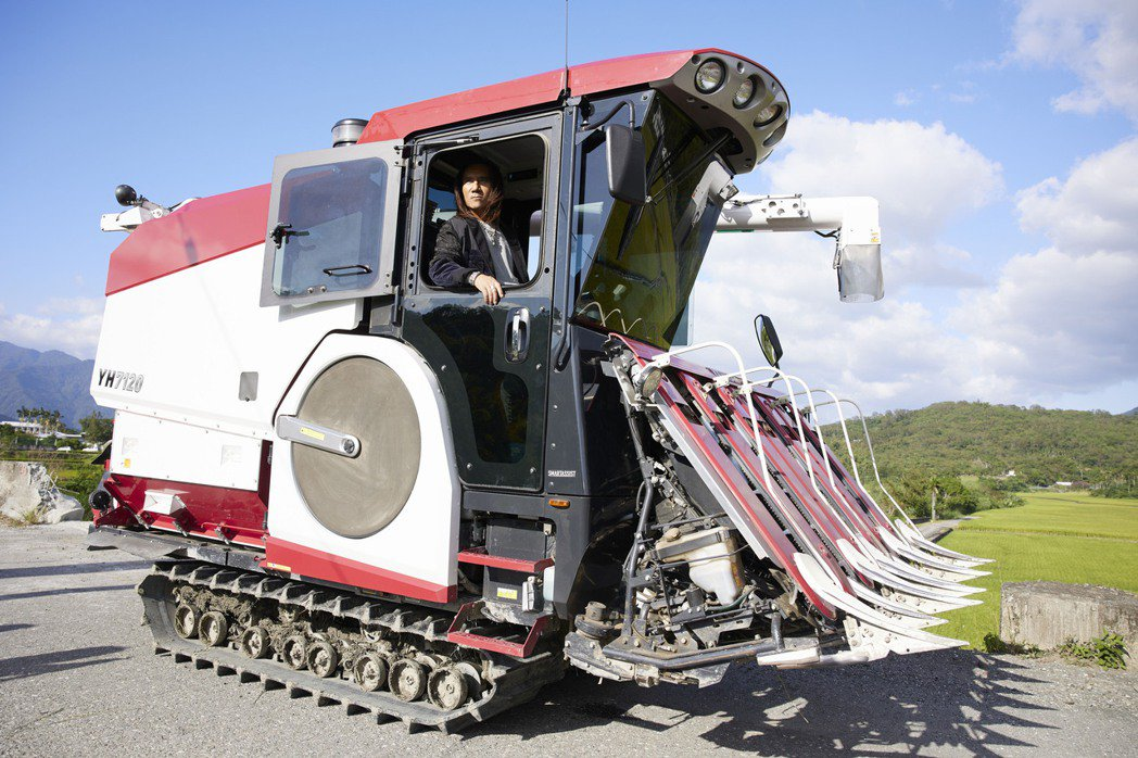 顏志琳駕百萬割稻車各種帥,長髮難敵強風狂吹。圖/華研國際提供