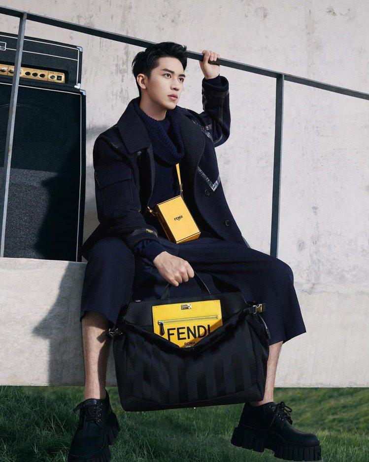 許魏洲拍攝FENDI 2020秋冬男裝形象,展現小配件混搭的時髦。圖/取自微博