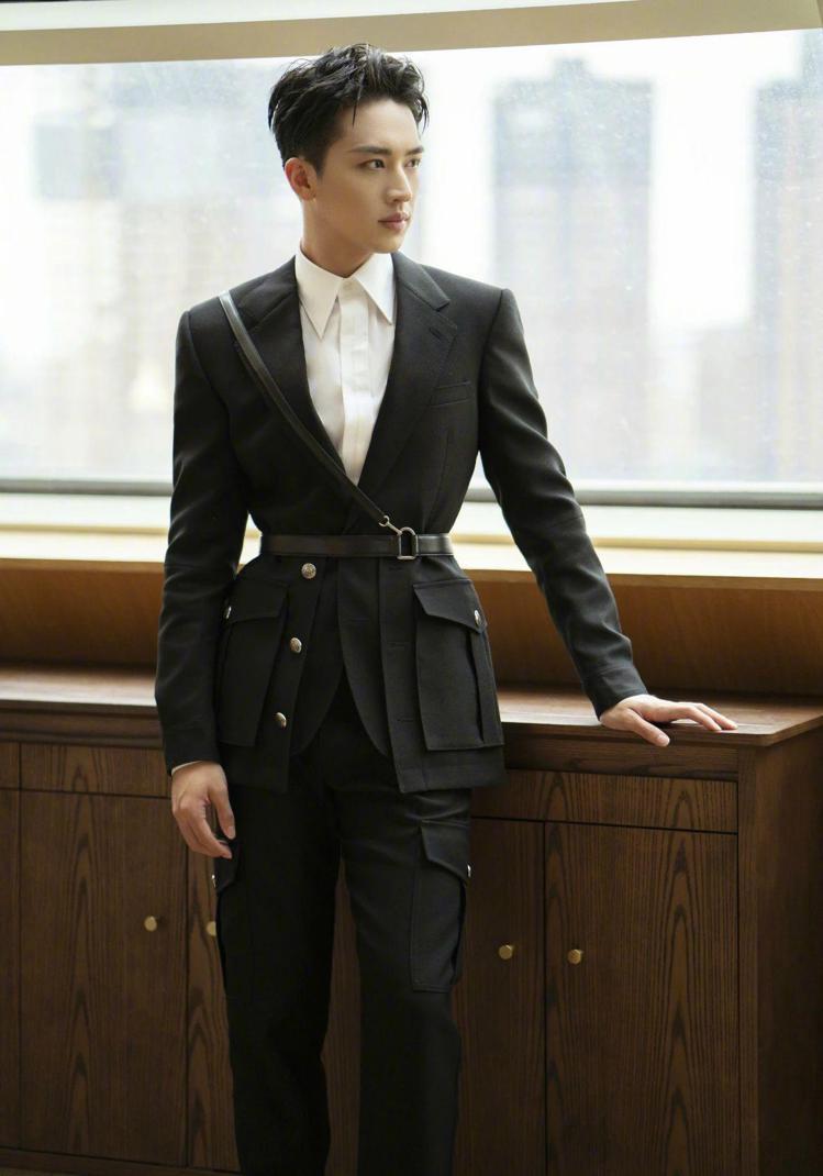 許魏洲身穿Alexander McQUEEN,呈現優雅的騎士風格。/取自微博