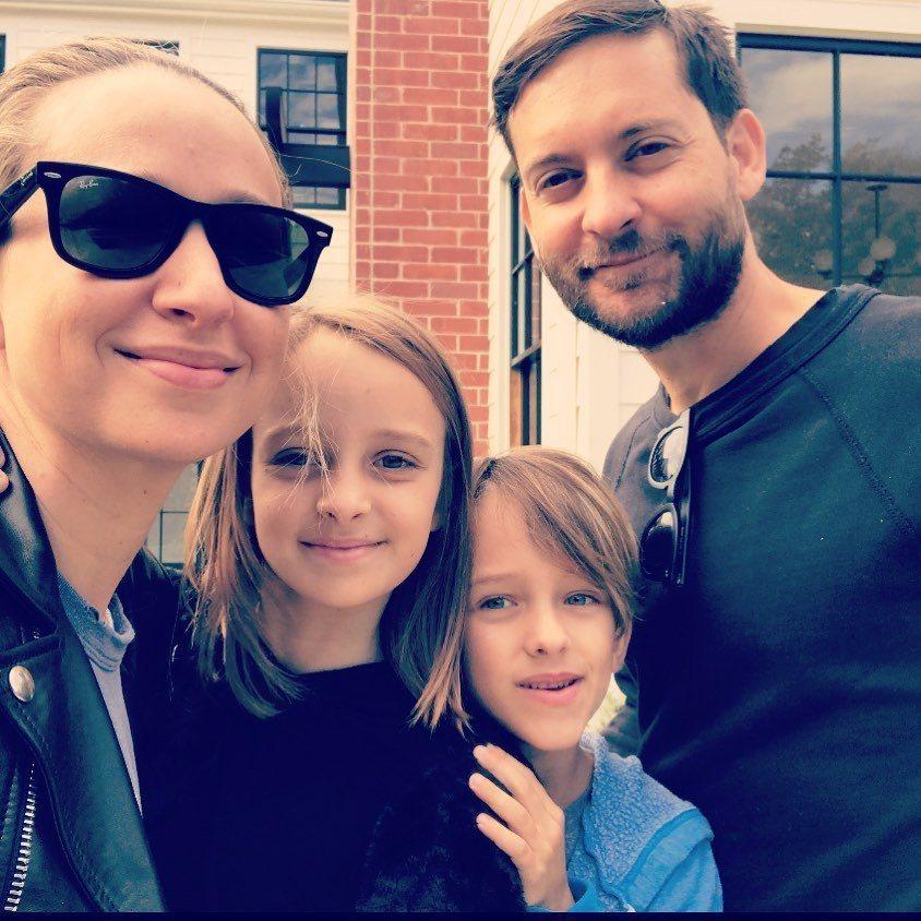 珍妮佛梅爾今年父親節才發布和陶比麥奎爾與一雙兒女的合照,祝陶比佳節愉快。圖/摘自...