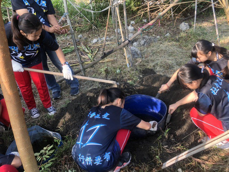 溪湖國中實施環境教育,美術班學生撿拾東螺溪垃圾。圖/溪湖社大提供