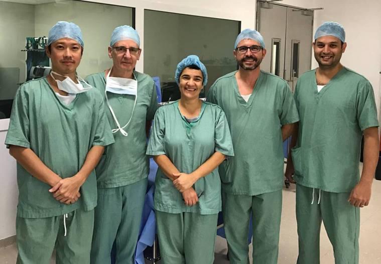 台北長庚產科主任醫師蕭勝文(左一)曾在巴西聖保羅參與胎兒內視鏡手術治療開放性脊柱...
