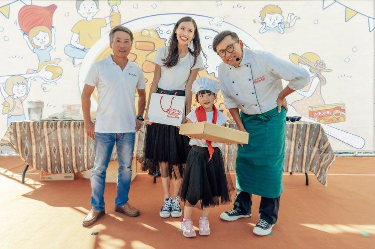 開幕活動的「咖哩親子擺盤爭霸賽」拿下優勝的親子,與名廚詹姆士合影。圖/好侍食品提...